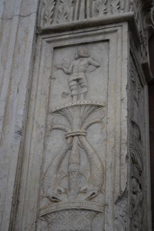 Fig. 17, Ambrogio di Giacomo da Milano e Antonio di Gregorio, Portale di Palazzo Schifanoia, 1466-1471, particolare della lesena sinistra