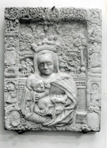 Fig. 8, La lastra di Antonio di Pietro fotografata nel 1978 presso il Museo della Cattedrale (Archivio Fotografico Musei di Arte Antica di Ferrara, foto Vecchi-Piccoli, C.G.F. 4219)