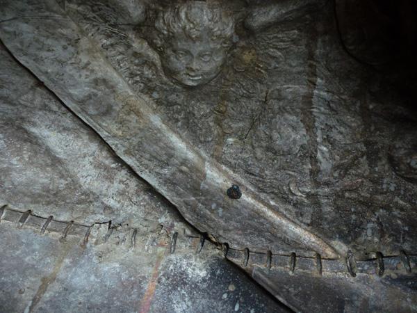 Fig. 4, vista dall'interno del busto di san Giorgio con la linea di giunzione situata sotto il petto