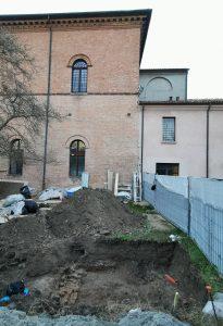 Fig. 11a - Scavo sulle fondazioni dello scalone di accesso al Salone dei Mesi, demolito nel XVIII sec.