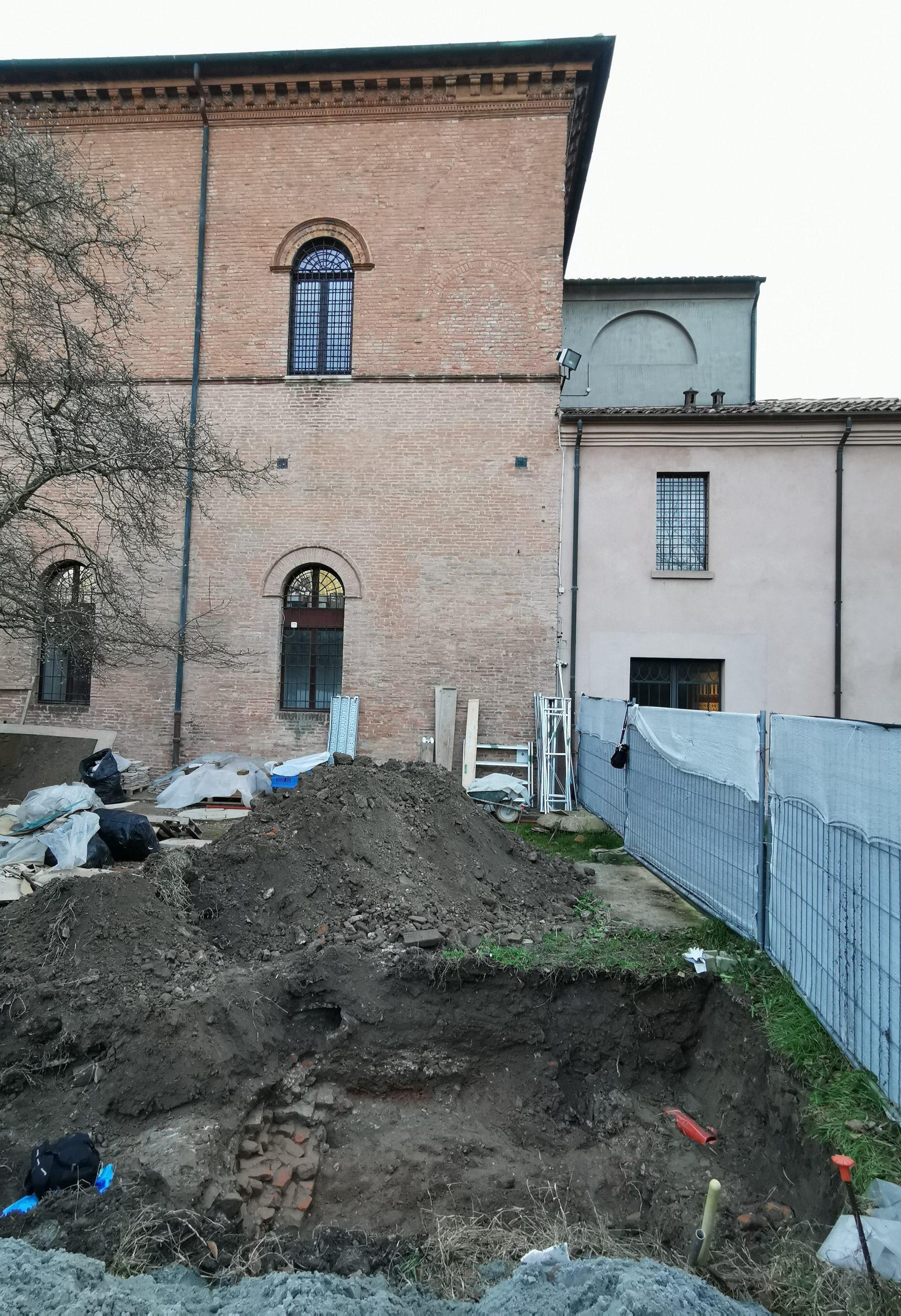 Fig. 11a - Scavo sulle fondazioni dello sScalone di accesso al Salone dei Mesi, demolito nel XVIII secolo