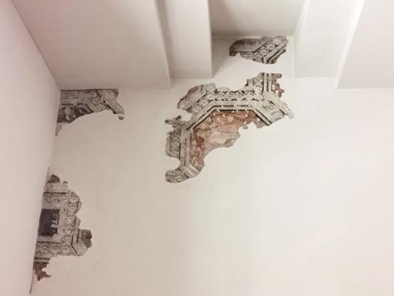 Fig. 4 - Ottagoni dipinti a finti marmi ritrovati al piano ammezzato di Palazzo Schifanoia