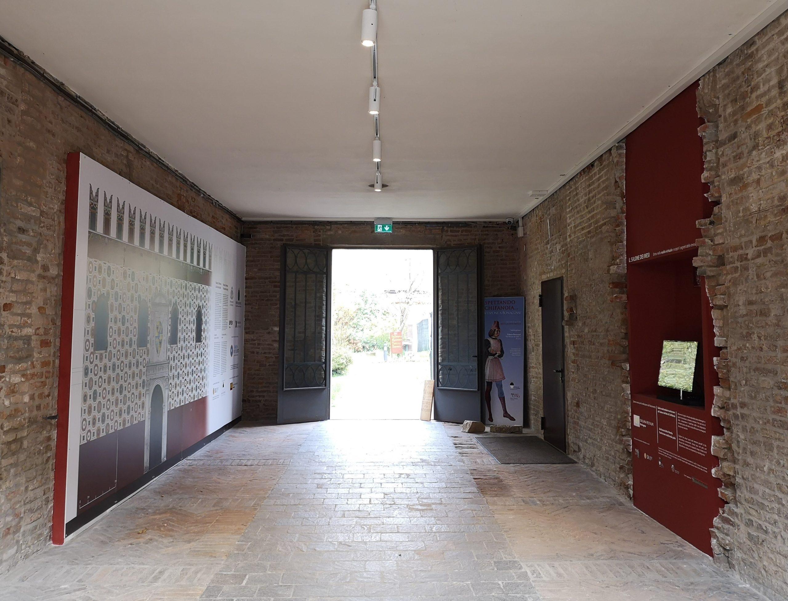 """Fig. 5 - """"Museo digitale"""" nell'androne di via Scandiana 21, ala trecentesca di Palazzo Schifanoia"""