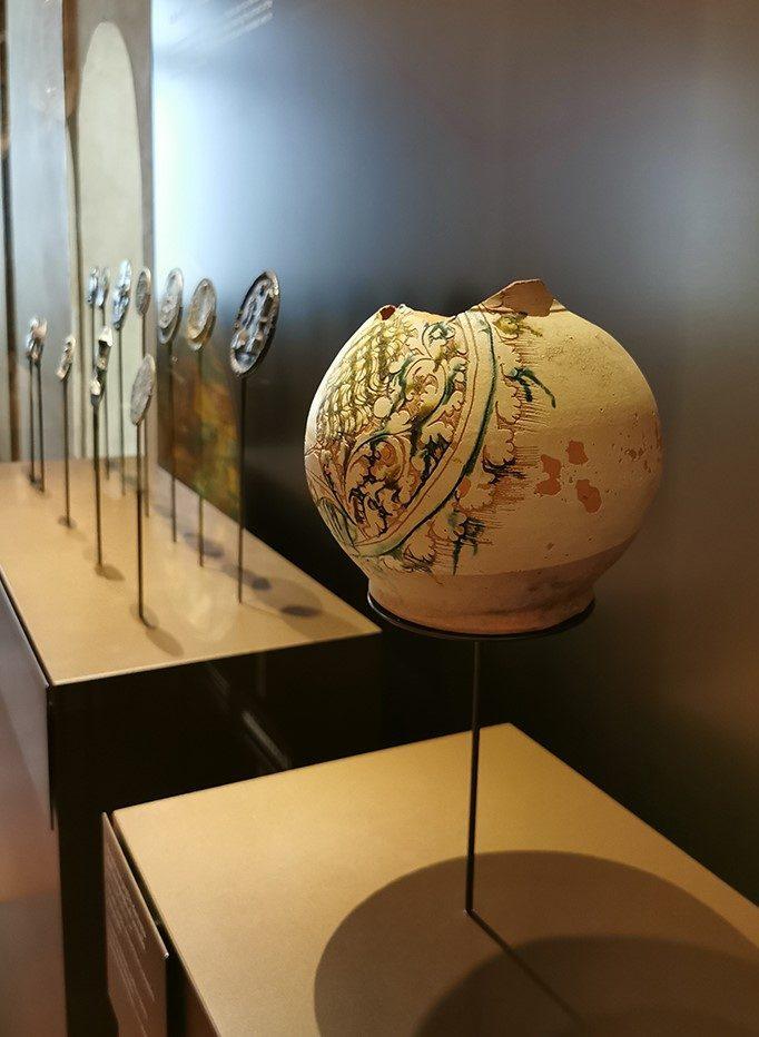 """Fig. 2 – Le teche della ceramica e delle medaglie nella mostra: """"Schifanoia e Francesco del Cossa. L'oro degli Estensi"""", 2 giugno 2020 – 10 gennaio 2021"""