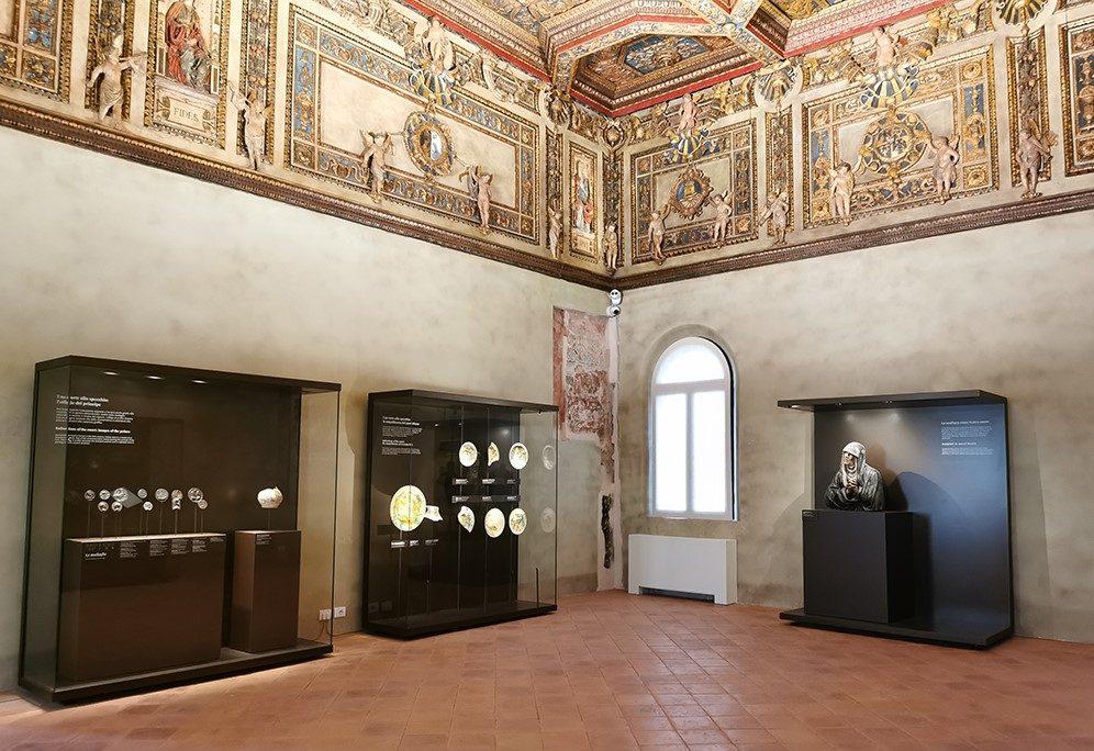 Fig. 4 – Sala delle Virtù. Le prime teche realizzate per la mostra Schifanoia e Francesco del Cossa. L'oro degli Estensi, 2 giugno 2020 – 10 gennaio 2021